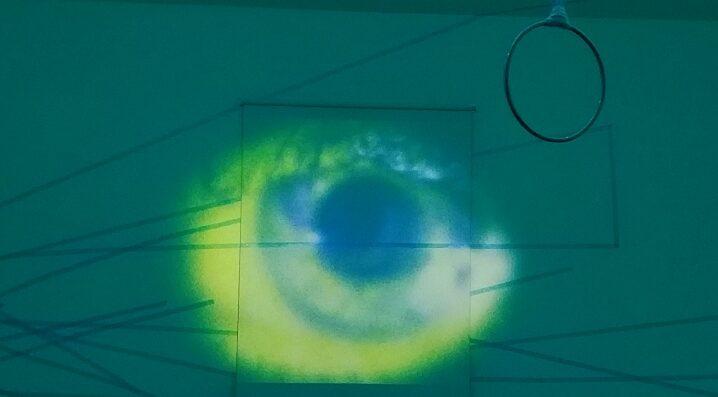 Fotografie projeziertes Auge auf Wand